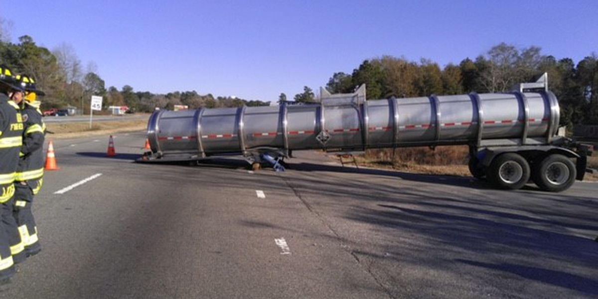 Detached tanker carrying sulfuric acid blocks lanes in Riegelwood for hours