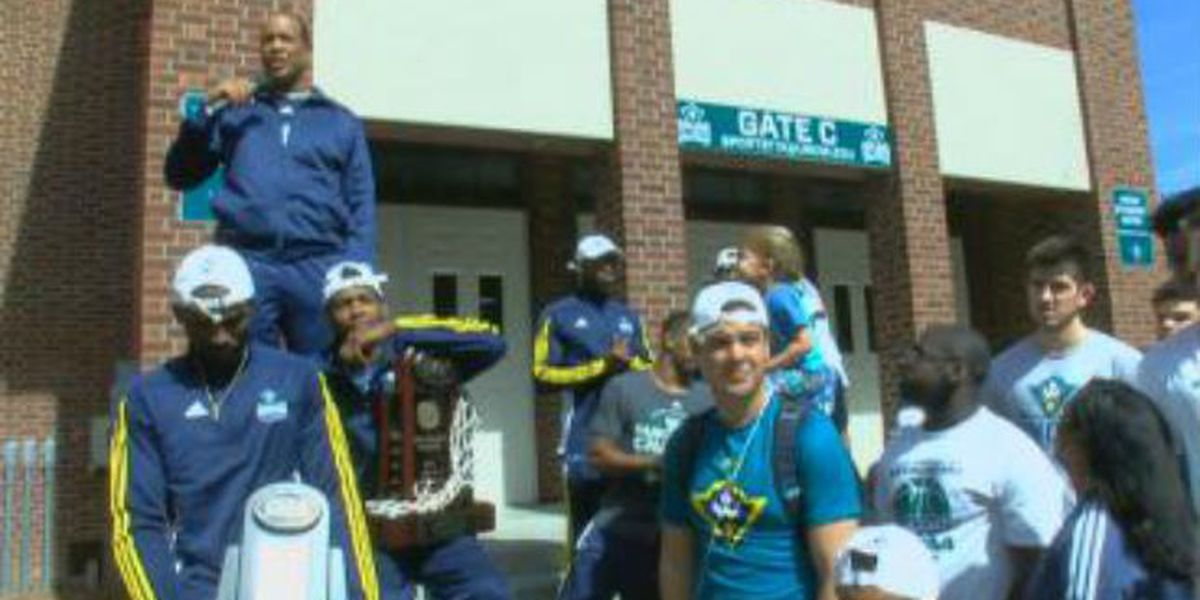 Fans welcome Seahawks home from CAA tournament