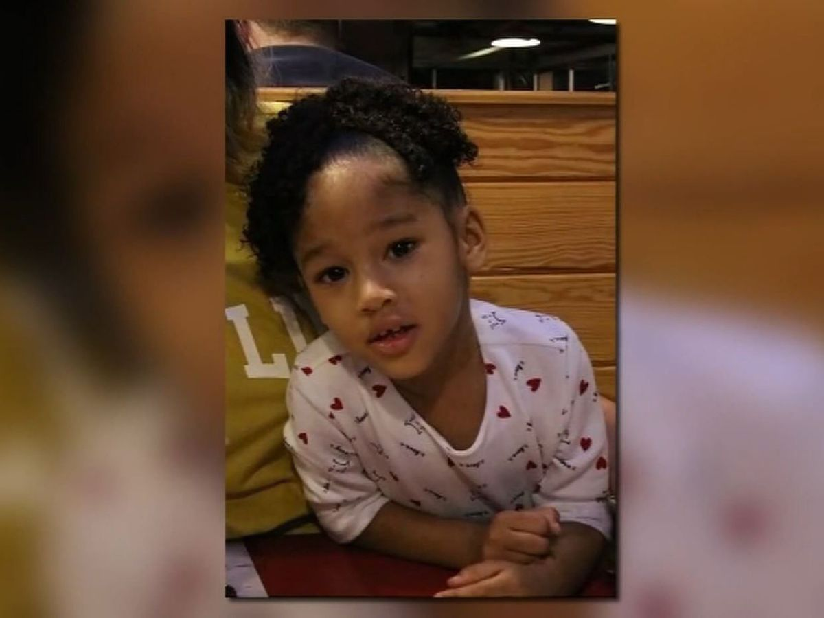 Mother of missing Texas girl heckled after canceled hearing